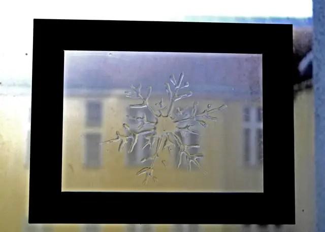 DIY Schneeflocke als Fensterdekoration