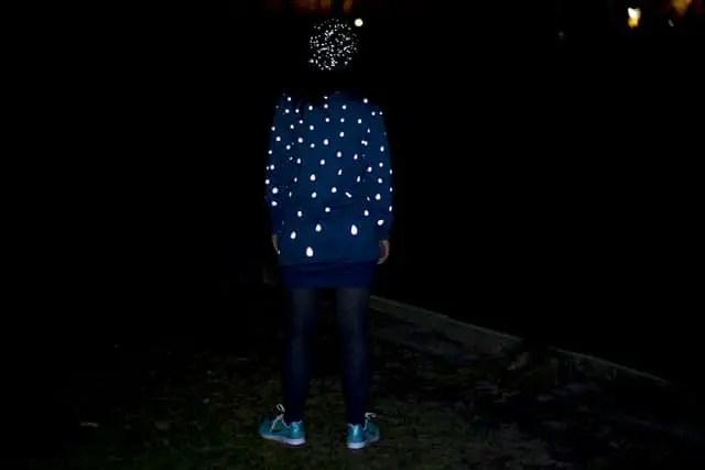 Fahrradoutfit bei Nacht mit Lichtreflektion