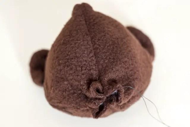 Teddybär nähen - Kopf zum Säckchen schließen