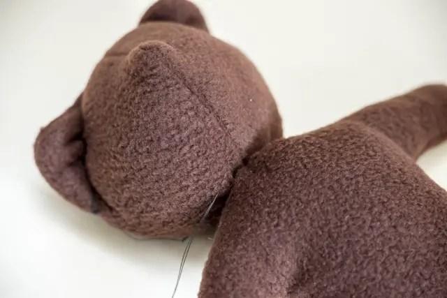 Teddybär nähen - Kopf und Körper zusammennähen mit der Hand