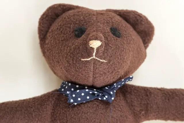 Augen und Mund vom Teddy aufsticken - Teddybär nähen