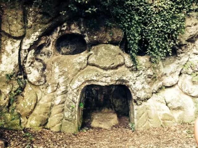 Höhle bei alter Villa in Friscati