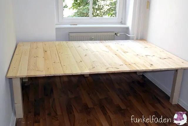 Ein einfaches bett aus holz selber bauen anleitungen do for Bett podest bauen