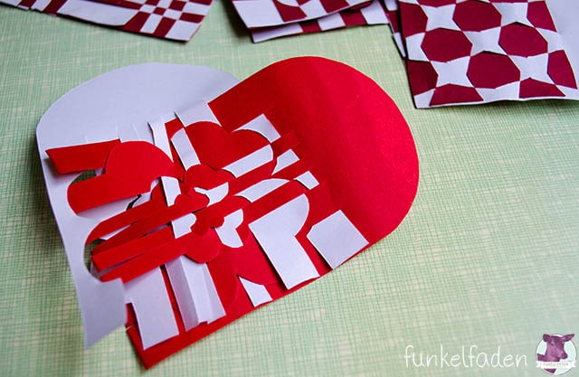 Dänische Weihnachtsherzen weben aus Papier