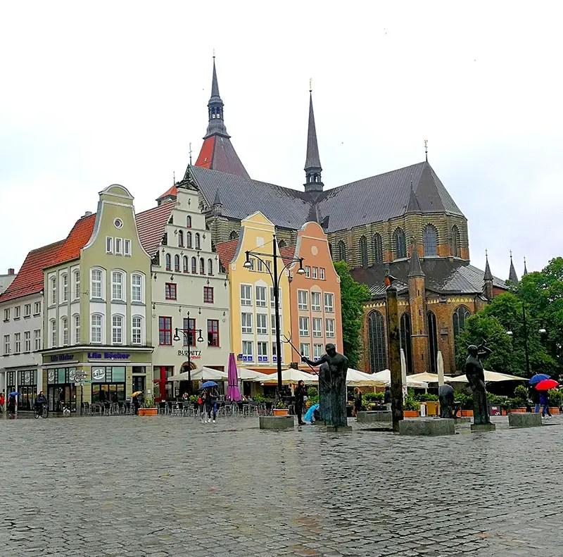 Neuer Markt in Rostock im Regen