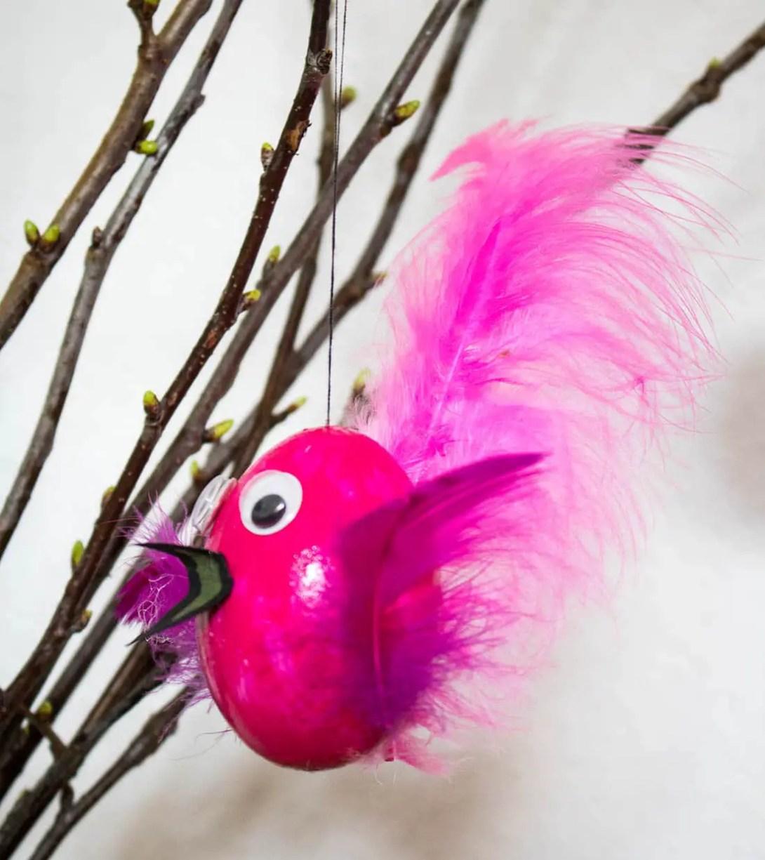 Vogel aus Ostereiern basteln