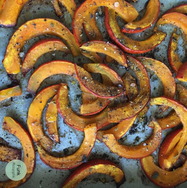 Dann das Backblech für ca. 25 Minuten in den Ofen, mittlere Schiene, geben. Wenn die Kürbisspalten leicht angebräunt sind, kann das Blech aus dem Ofen genommen werden.