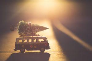 VW-Bulli mit Tannenbaum