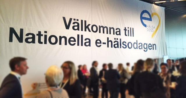 Personer minglar framför en stor skylt med texten Nationella eHälsodagen