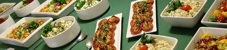 Fulldukat buffébord med flera olika maträtter framställda