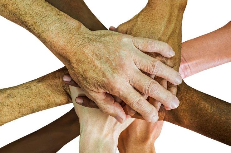 Flera personers händer ovanpå varandra