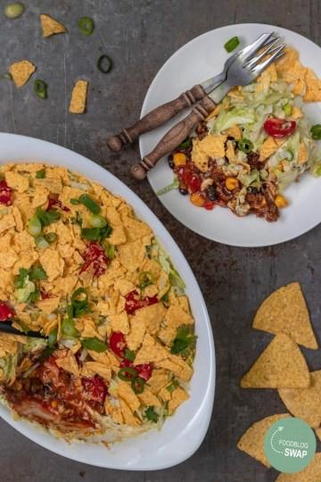 Recept voor mexicaanse laagjes salade met nacho's en gehakt