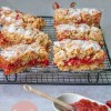 Recept voor Crumble plaattaart met rabarber en aardbeien