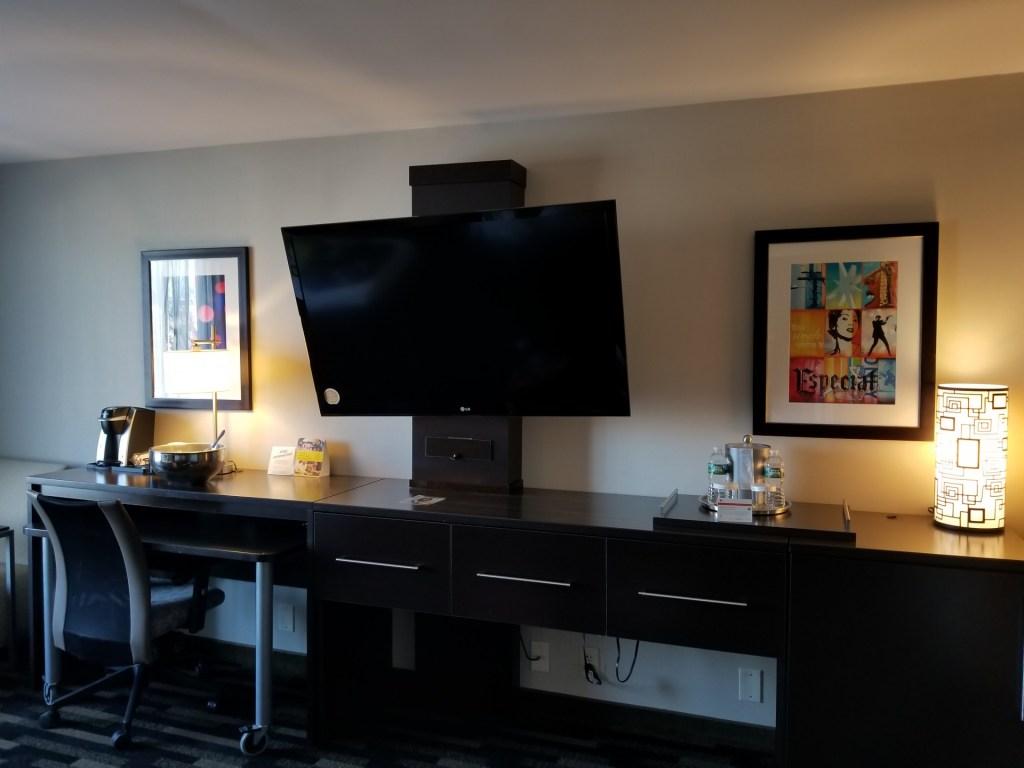 King Suite - Holiday Inn Boston Bunker Hill