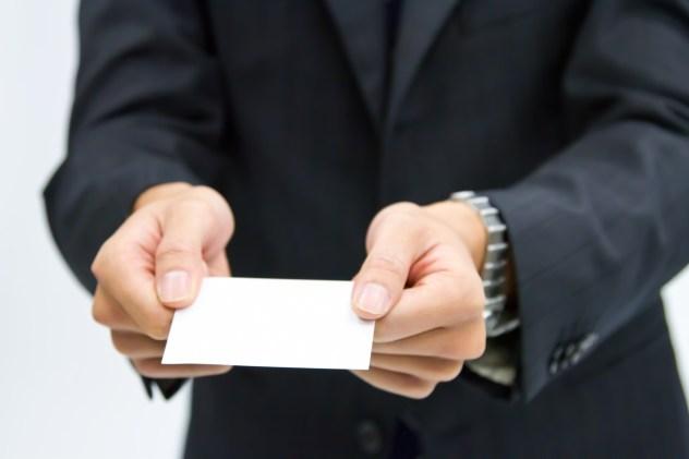 名刺を渡すビジネスマン