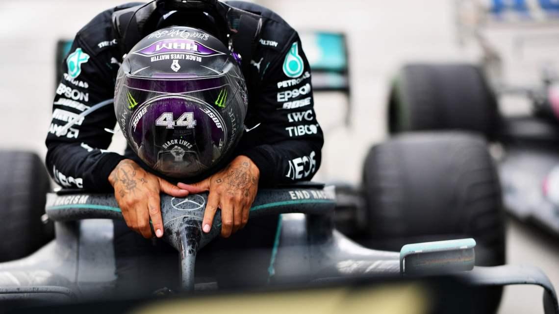 """Hamilton – Mercedes: c'è l'accordo. Spunta la clausola """"anti-Verstappen""""."""