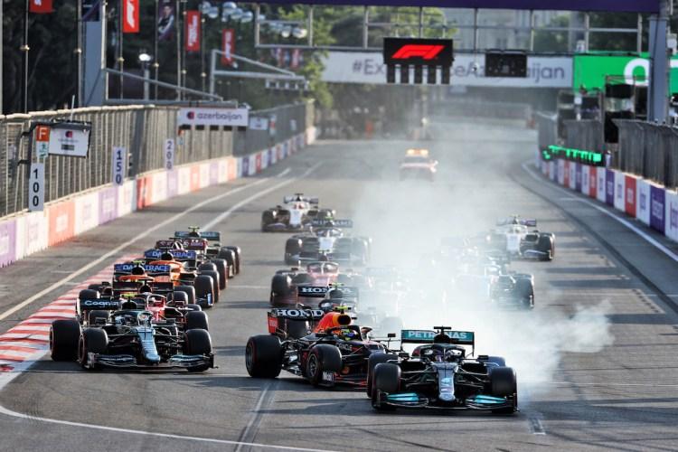Hamilton va lungo in curva 1 durante il GP d'Azerbaigian