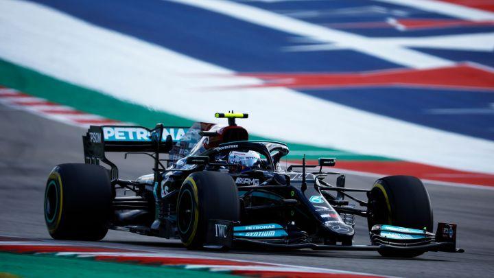 Le Mercedes alzate da terra per non rompere il fondo.