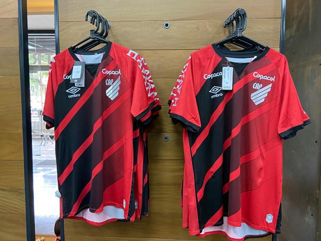 Camisas do Athletico em exposição na loja oficial