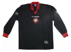 Primeiro modelo de camisa preta [imagem: reprodução]
