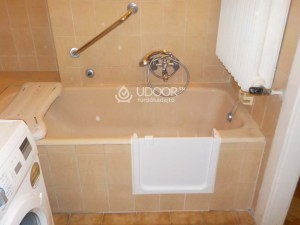 Öntöttvas fürdőkád beszerelt kádajtóval, belépőnyílás kiépítéssel