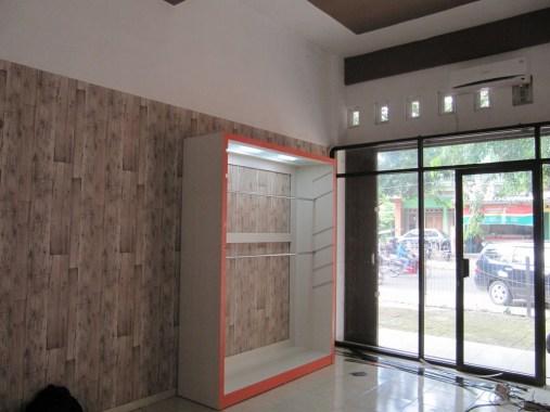 display lemari pakaian ketinggian bisa diatur (5)