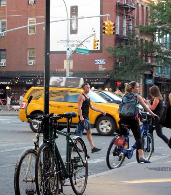 Mujer en bicicleta (Greenwich Village NY)