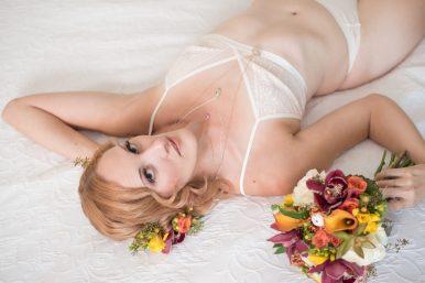onbedwbouquethairflowers