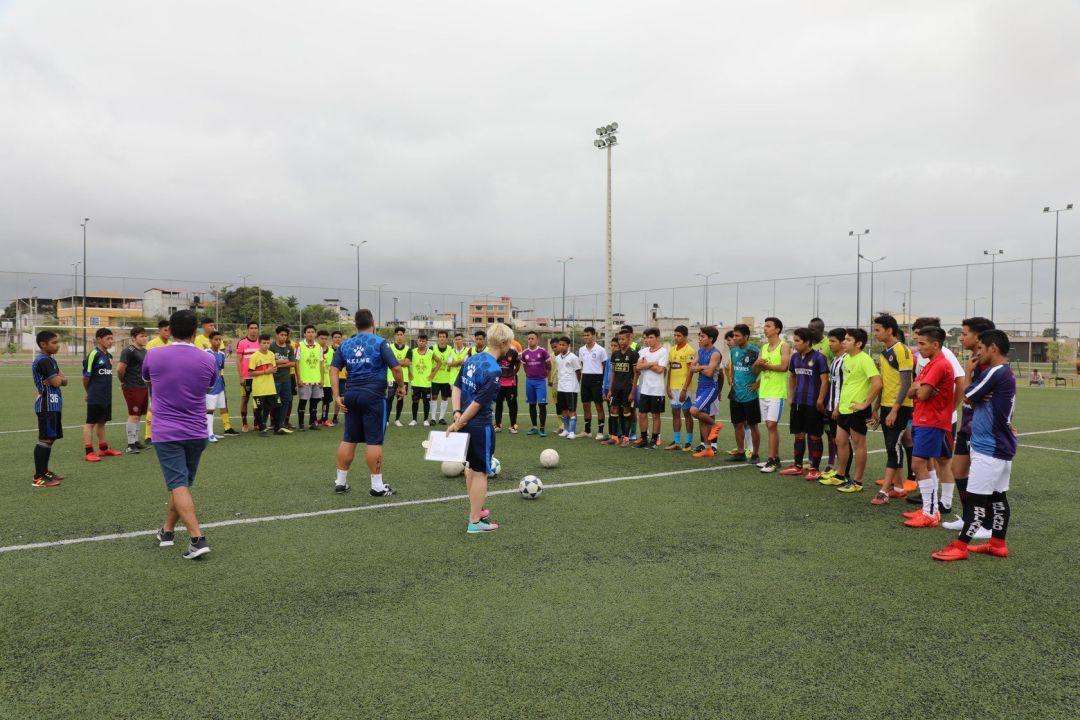 Los directores técnicos D.T. del Alcorcón explicando las pruebas de fútbol a los jugadores