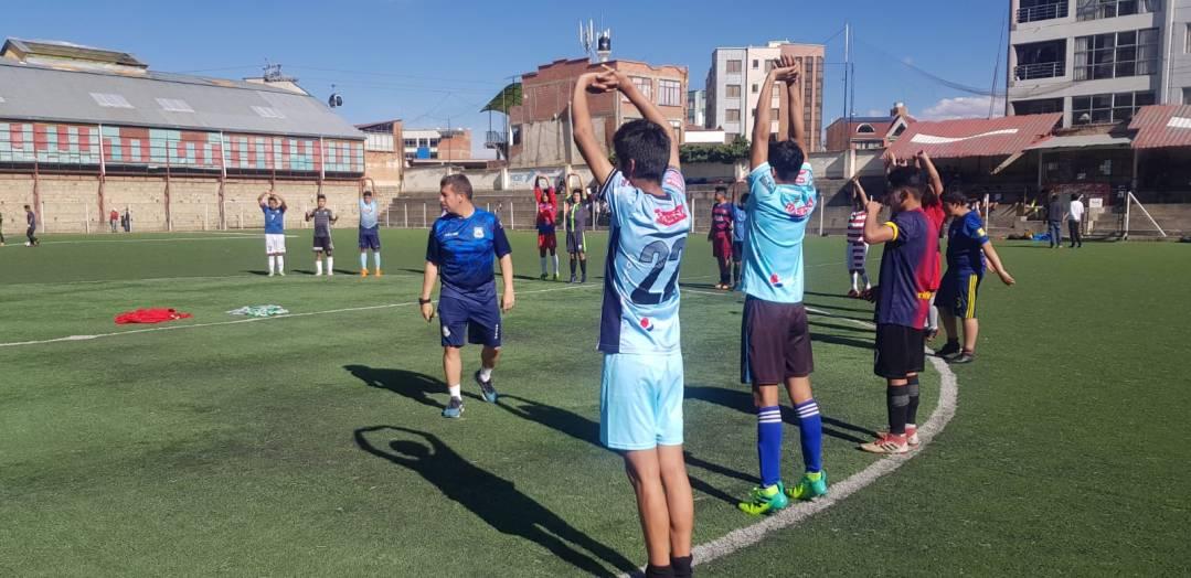 estiramientos durante pruebas de talentos de fútbol realizadas por futbalia y el club AD. ALCORCÓN