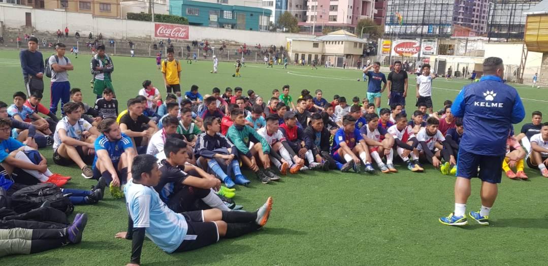 pruebas de fútbol en cancha de fútbol de la paz