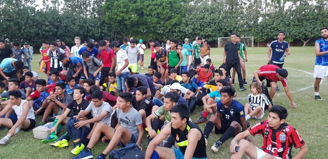 jóvenes futbolistas haciendo pruebas draft futbalia