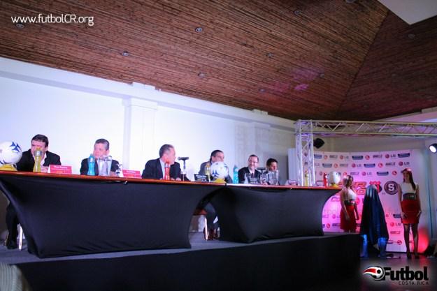 Oscar Ramírez, Raúl Pinto, Manrique Mata, Warren Báez, Juan Carlos Rojas y Rónald González, previo a la develación del trofeo del III Super Clásico