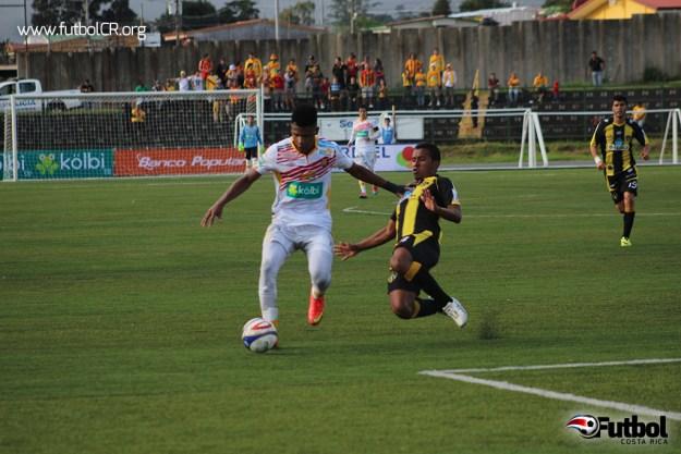 Andrey Francis intenta centrar un balón y recibe falta de Medina del CSU durante el segundo tiempo .