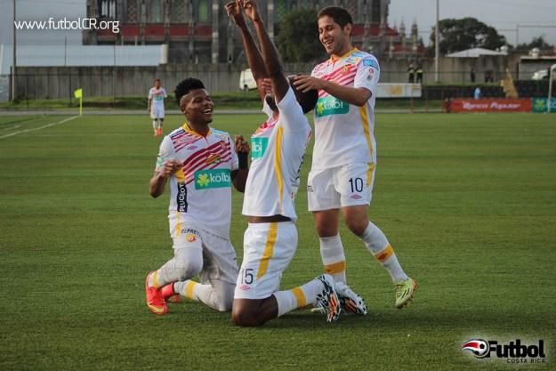 Andrey Francis, Brunnett hay y Elías Aguilar celebraron el tercer tanto florense en el juego.