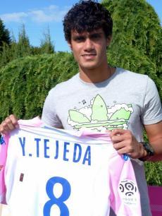 Yeltsin Tejeda muestra la camiseta de 'los Rosa'. Foto: Evian Club