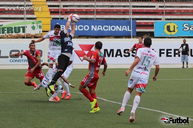 Ronny Fernandez sale al paso en un ataque de AD Santos durante el primer tiempo.