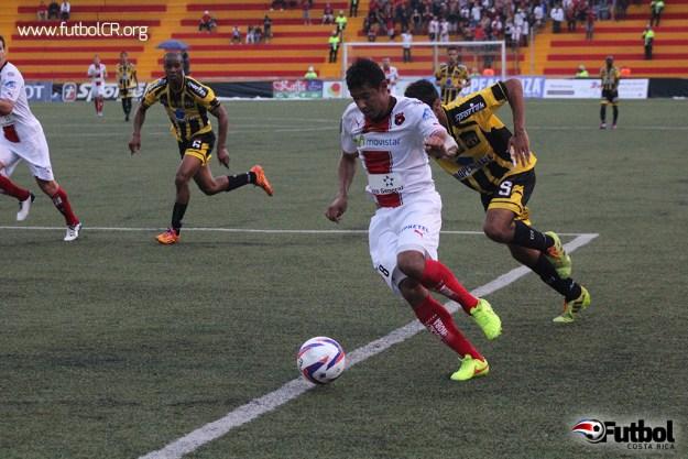 Armando Alonso incursiona por la izquierda durante la primera mitad del juego.