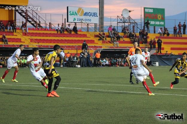 Johan Venegas toma el balón de Espaldas y se vuelve para el segundo del juego.