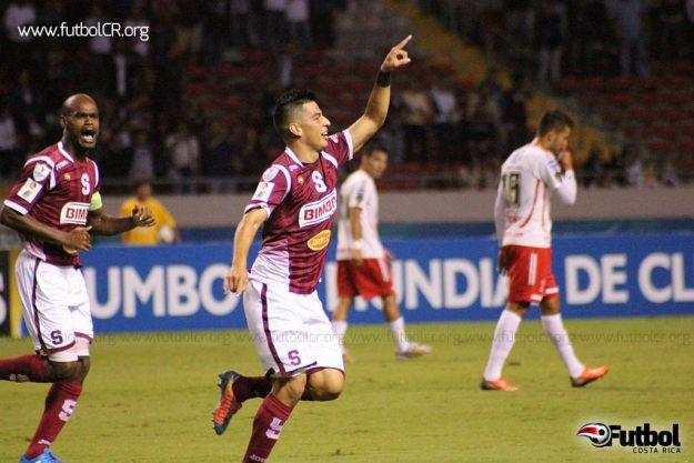 Ariel Rodríguez celebra el primero de sus goles, que dedicó a Robinson.