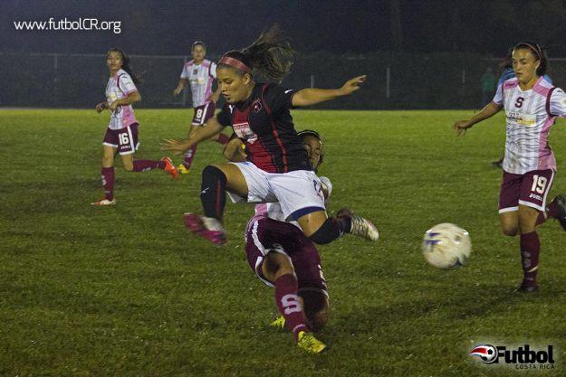 Moradas y manudas dispuraton el encuentro en el Polideportivo Monserrat de Alajuela, ayer en horas de la noche.