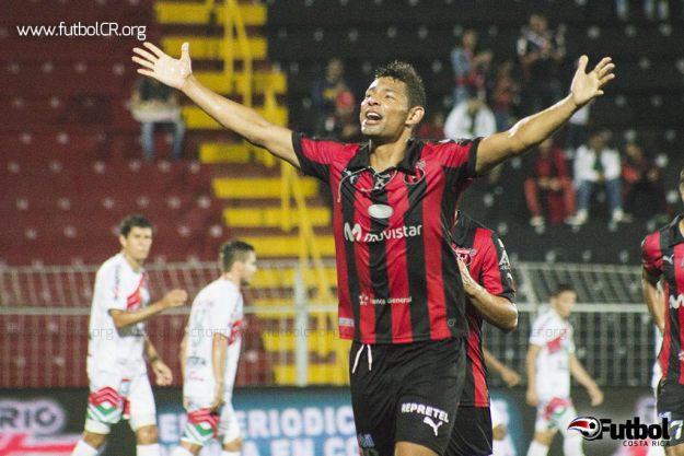 Armando Alonso celebró su primer gol, de gran factura.