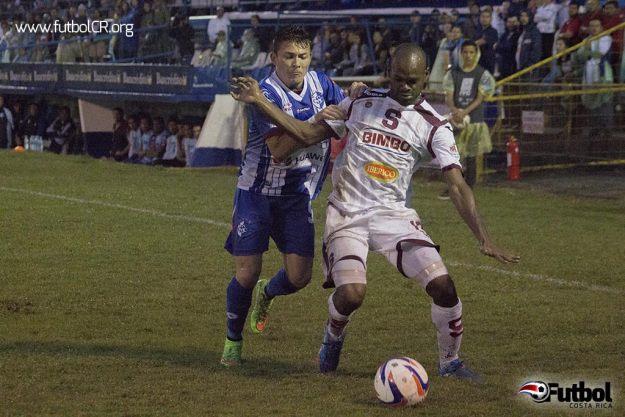 Machado y Herrera disputan un balón durante el segundo tiempo del encuentro de ayer en Cartago