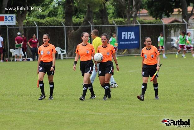 El cuarteto arbitral del juego final recibió fuertes cuestionamientos durante todo el encuentro, sobre todo con gruesos insultos de la afición a la réferi central, María Flores.