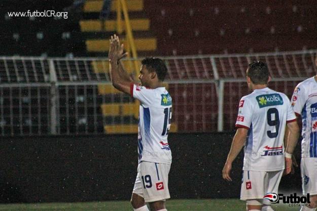Daniel Quirós celebra el primer tanto del juego, de penal, al 45'.