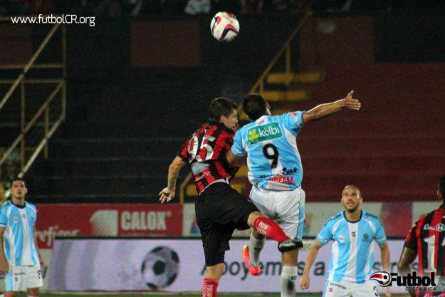 Gabas y Acosta disputan un balón en el aire. Los manudos hicieron del juego aéreo un recurso en el juego y gracias a él sacaron la victoria.