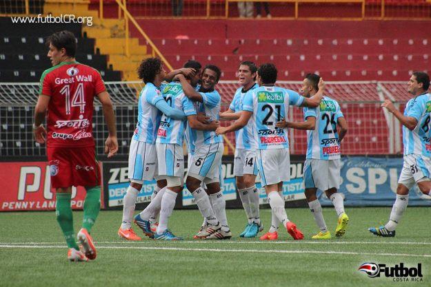 Futbolistas de la UCR celebran el primer gol del partido