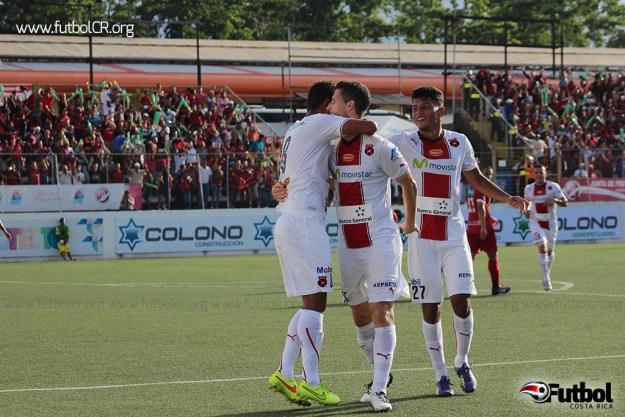 Yohan Venegas, Armando Alonso y Kenner Gutiérrez celebran el segundo tanto de los manudos.