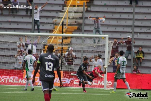 Ariel Rodríguez deja atrás el balón y festeja el segundo tanto del encuentro, mientras Román Arrieta vuela vencido.