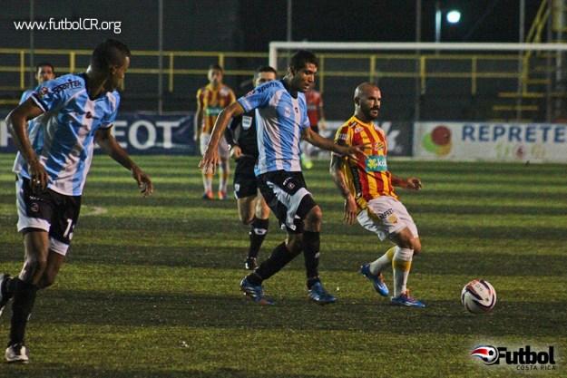 Esteban Ramírez conduce el balón durante el segundo tiempo del compromiso en el Coyella Fonseca. Ramírez ingresó de variante.